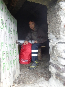 Cabaña de Sallena.. Vigilar los cuernos al ponerse en pie... Menudo talegazo me dí contra una viga de madera...